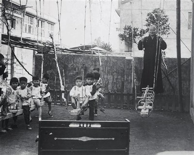 Master hsing Yun playing swing with children